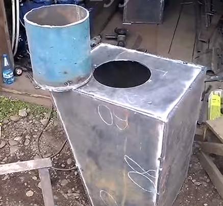 Ввариваем отрезок трубы внутрь корпуса печи