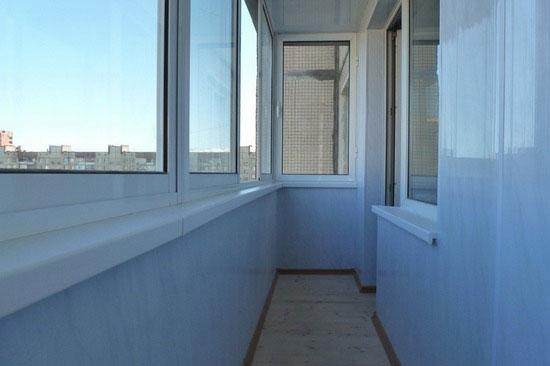 Балкон, отделанный ПВХ панелями