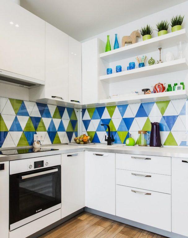Белая кухня в хрущевке с цветным фартуком из плитки