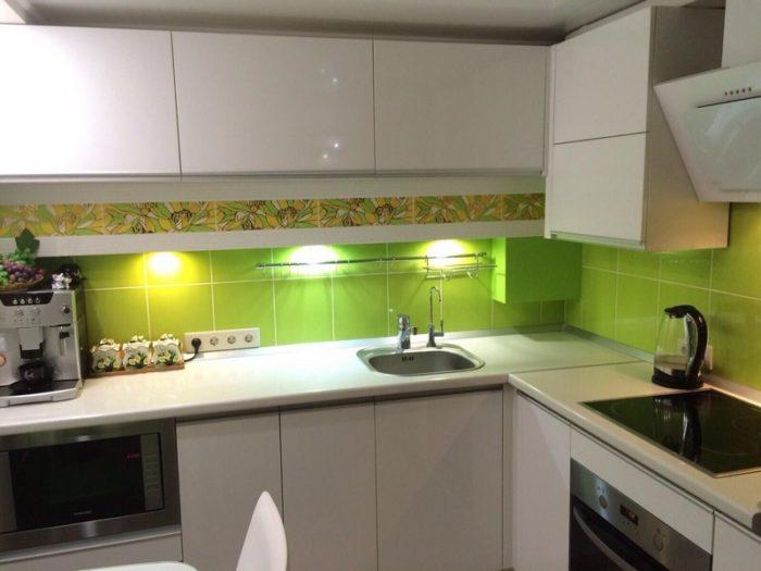 Белая кухня салатовый фартук