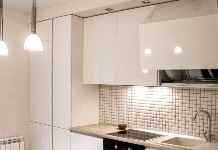 Белая мозаика на фартуке кухни