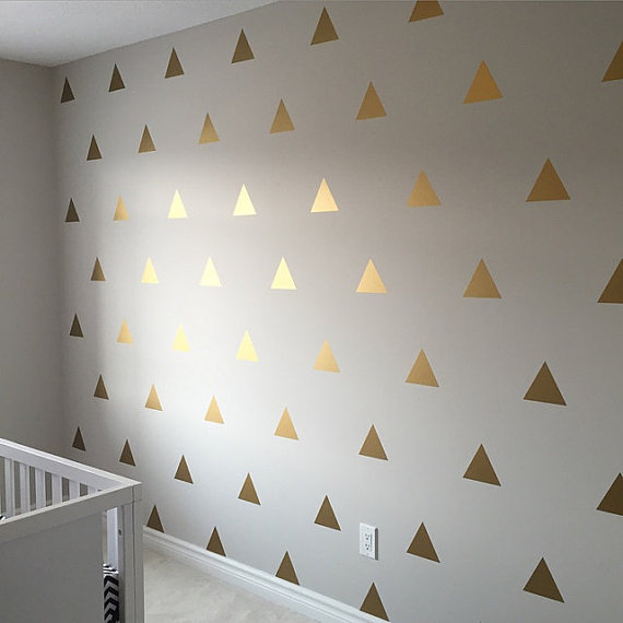 Белые обои с золотыми треугольниками
