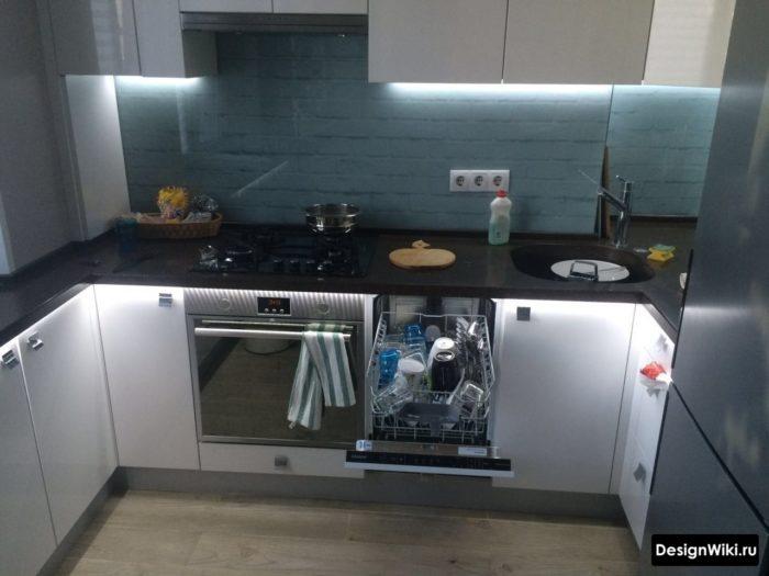 Белый глянцевый кухонный гарнитур в хрущевке