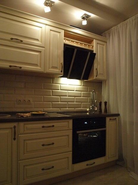 Белый кабанчик на кухне в классическом стиле дизайна