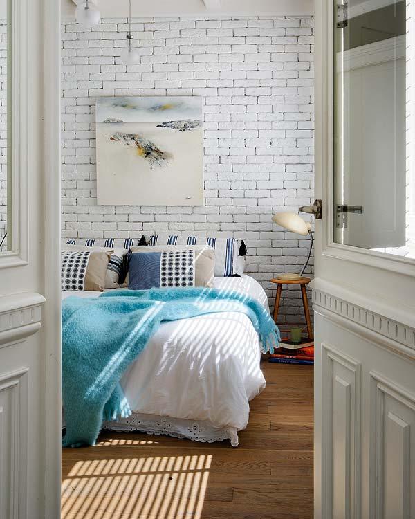 Белый кирпичи в дизайне спальни