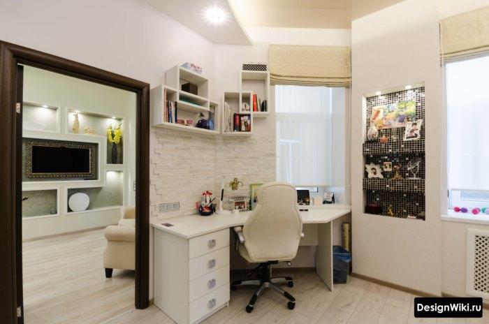 Белый угловой рабочий стол в комнате подростка-девочки