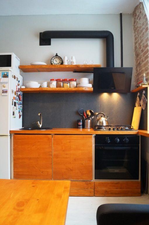 Большая квадратная плитка на фартуке кухни в 1 ряд