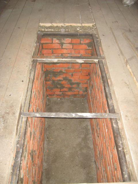 Впоследствии на кирпичные стены будет уложен металлический уголок