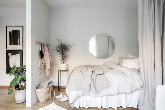 Высокая кровать за перегородкой