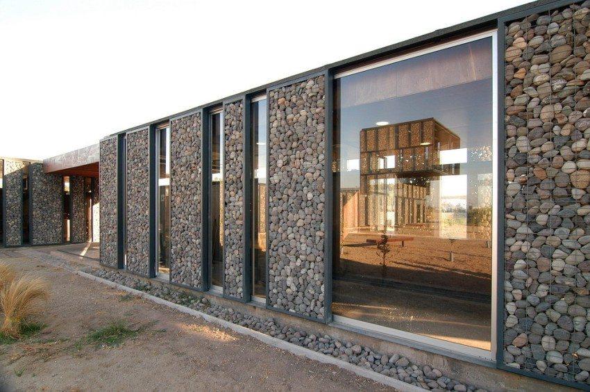 Габион может использоваться для укрепления или украшения стен дома