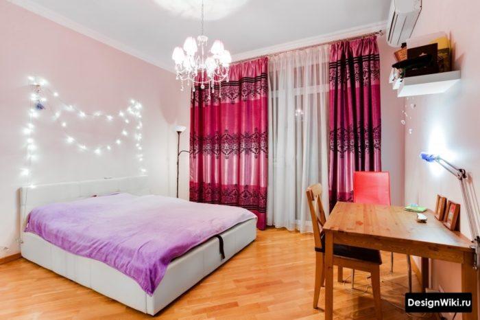 Гирлянды на стене в спальне