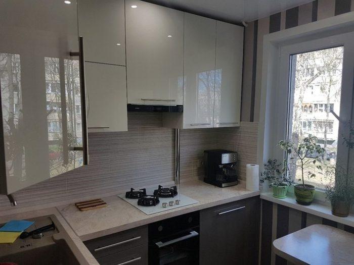 Глянцевые молочные фасада на небольшой кухне