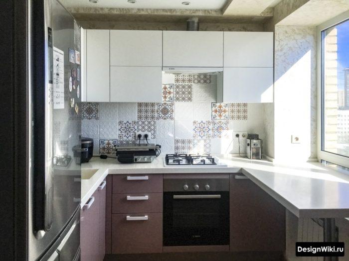 Дизайн кухни в хрущевке с П-образной столешницей переходящей в подоконник