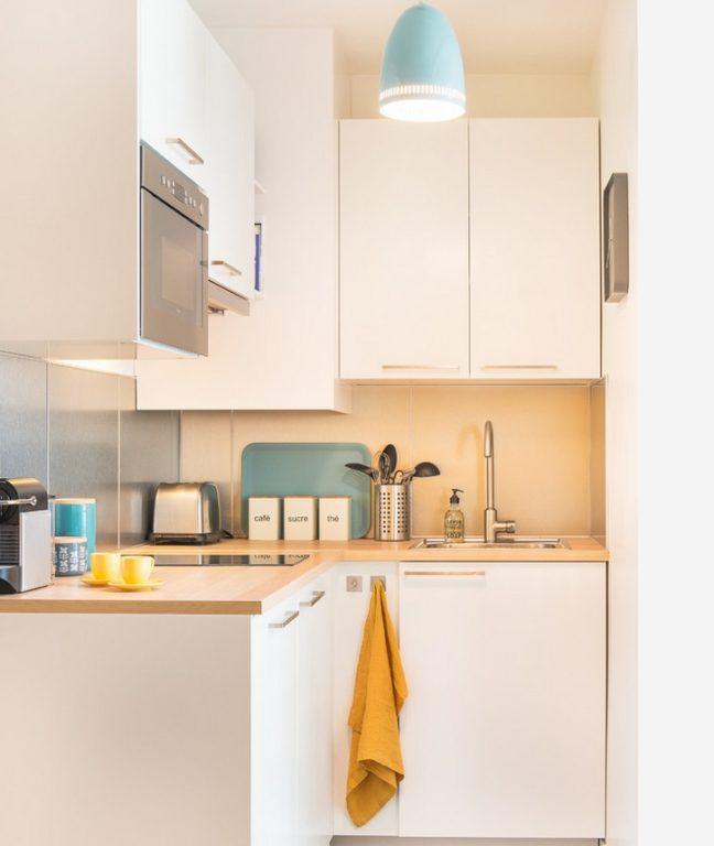 Дизайн кухни в хрущевке с матовыми белыми фасадами