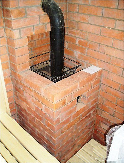 Банная печь соединена с коренным дымоходом металлической трубой