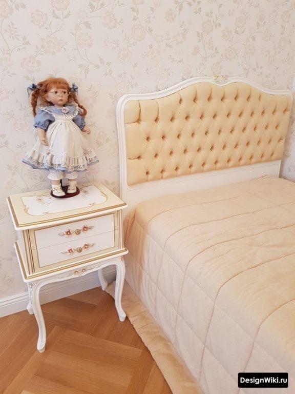Интерьер спальни для девушки подростка в классическом стиле