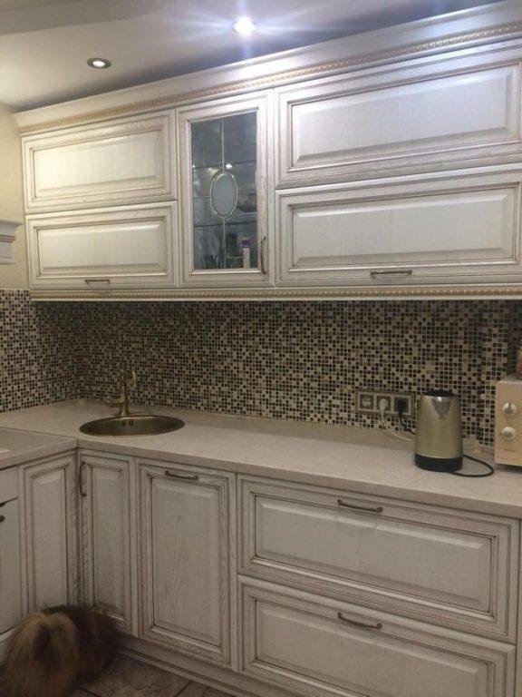 Классическая кухня с мозаикой на фартуке