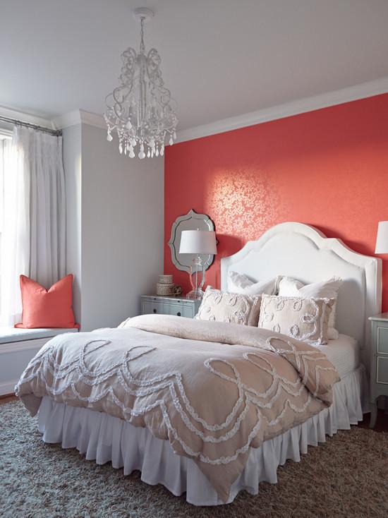 Красные обои с золотистым узором в спальне