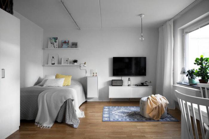Кровать вместо дивана в студии
