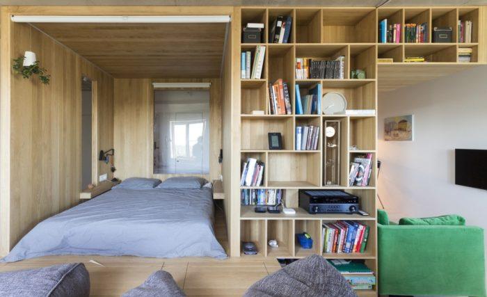Кровать на подиуме в квартире-студии