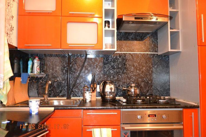 Маленькая кухня с фартуком из плстика в цвет столешницы