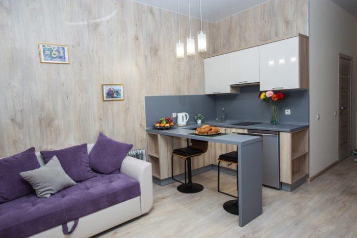 Маленький П-образный кухонный гарнитур в студии