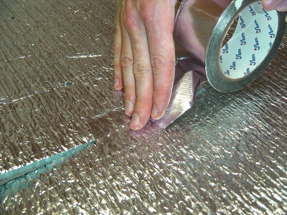 Монтажные стыки или случайные порезы полотен проклеиваются самоклеящейся алюминиевой лентой
