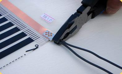 Надежно зажмите провода в контактном зажиме