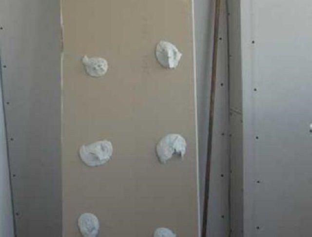 Деталь откоса с нанесенными горками клея