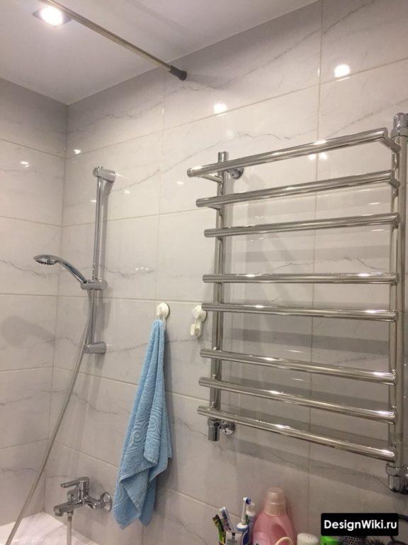 Натяжной белый матовый потолок в ванной в хрущевке
