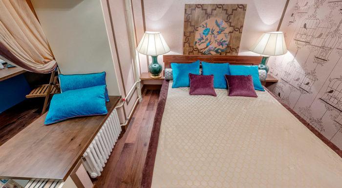 Небольшая спальня с частичным присоединением балкона