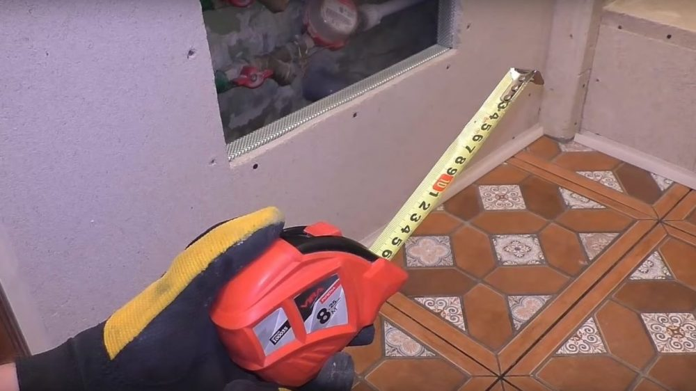 Нужно отмерить высоту от пола до потолка или до его каркаса