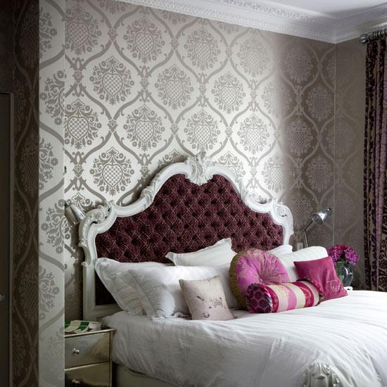 Обои с узором в интерьере классической спальни
