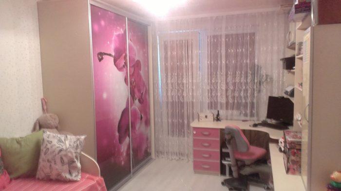 Обычная мебель в детской сочетание с розовым