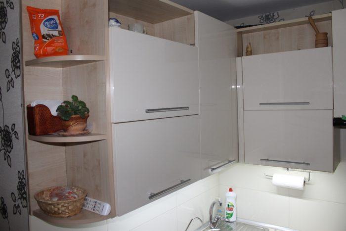 Открытые шкафы и полки на кухне в хрущевке