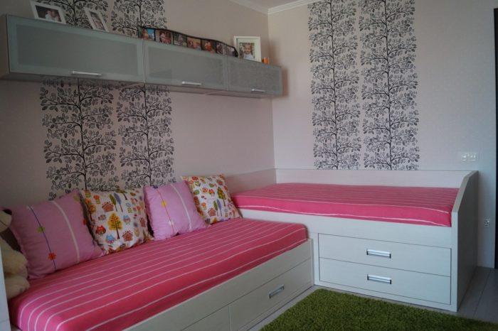 Перпендикулярные кровати для двух девочек