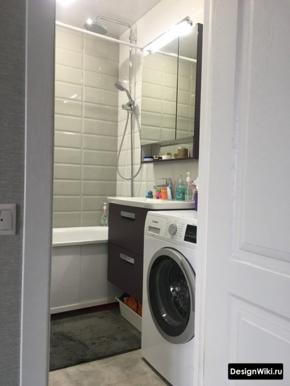 Плитка белые глянцевые кирпичики в ванной в хрущевке со стиральной машиной