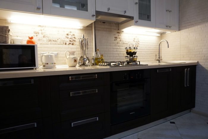 Плитка имитирующая мозаику кирпичик на фартуке кухни