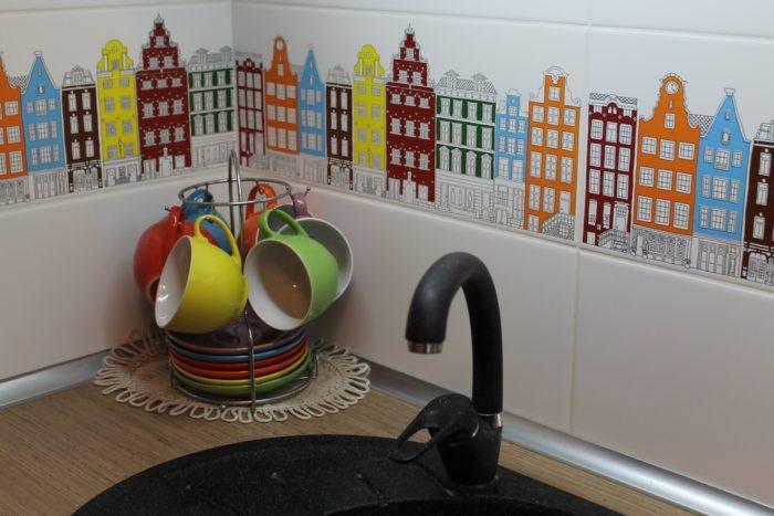 Плитка с рисунком на фартуке кухни