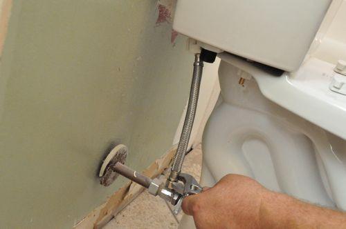 Подключаем шланг подачи воды