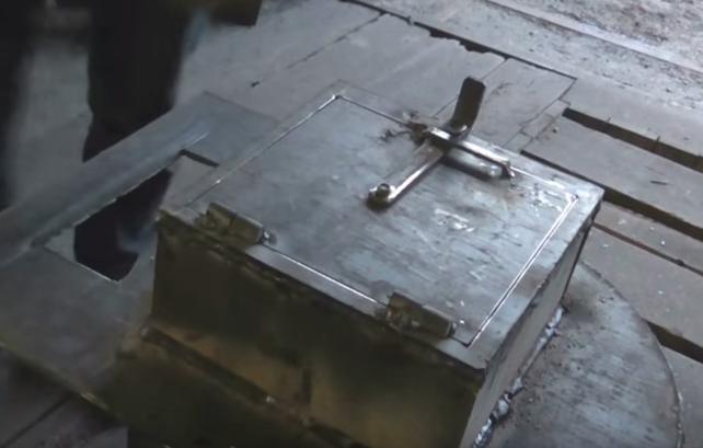 Пример установленной металлической дверцы