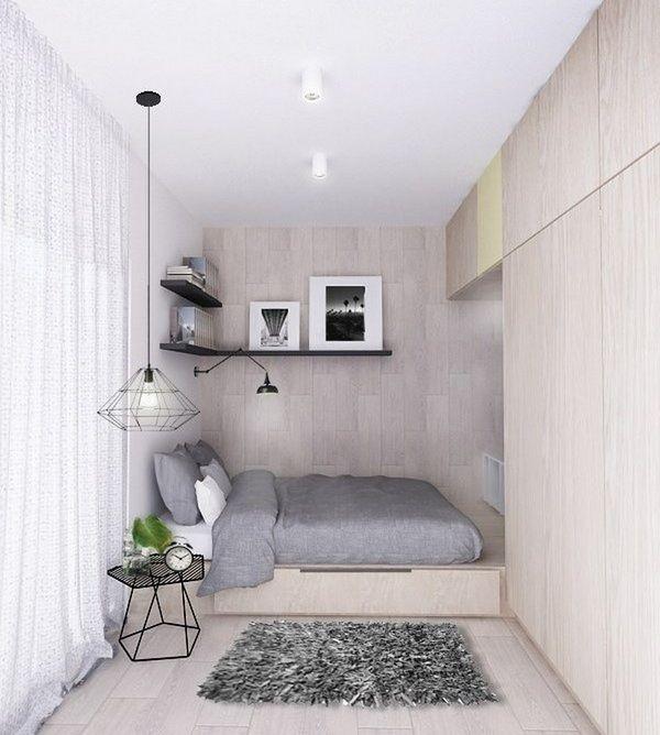 Простой ровный потолок в маленькой спальне