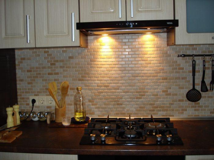 Прямоугольная мозаика на фартуке кухни