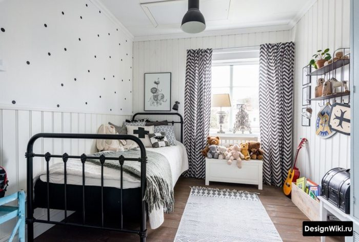Прямые черно-белые шторы в комнате подростка девочки