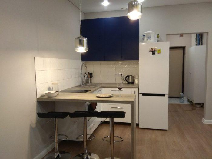 П-образный кухонный гарнитур в квартире-студии