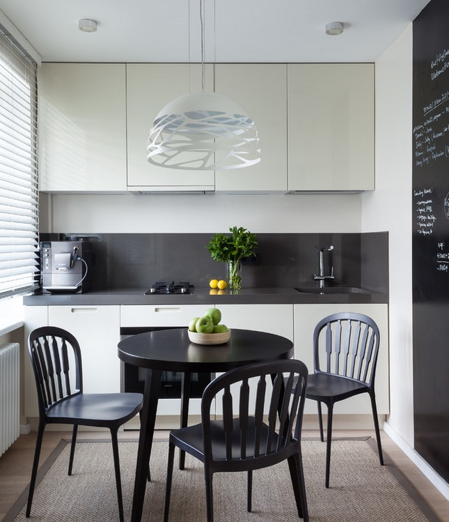 Распашные дверцы фасадов до потолка на кухне