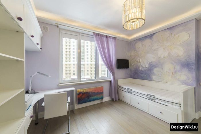 Рисунок цветов жидкими обоями в комнате девочки-подростка