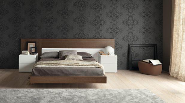 Серые обои с чёрным рисунком в спальне