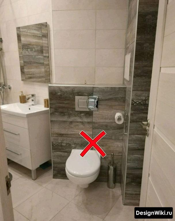 Симметричная укладка плитки на стене ванной