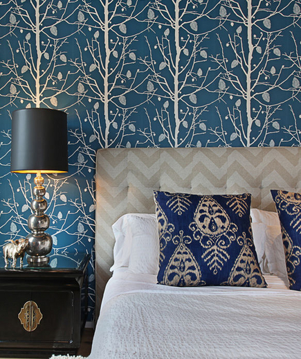 Синие обои с деревьями в спальне